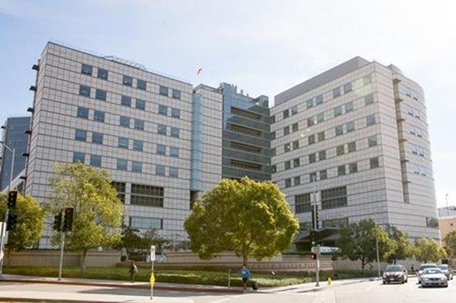 画像: カニエが入院しているLAの病院。