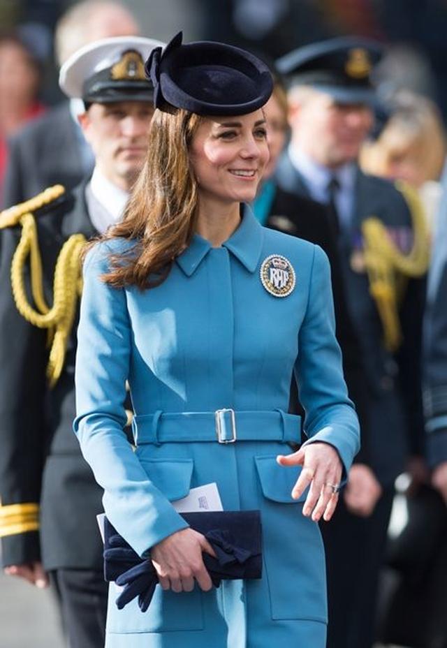 画像: キャサリン妃がお気に入りの種類である手袋。今年撮影された写真にもクラッチバッグと一緒に手に持ち登場。