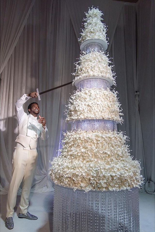 画像2: 招待状10万円にケーキが80万円超え、人気ラッパーの結婚式がケタはずれ