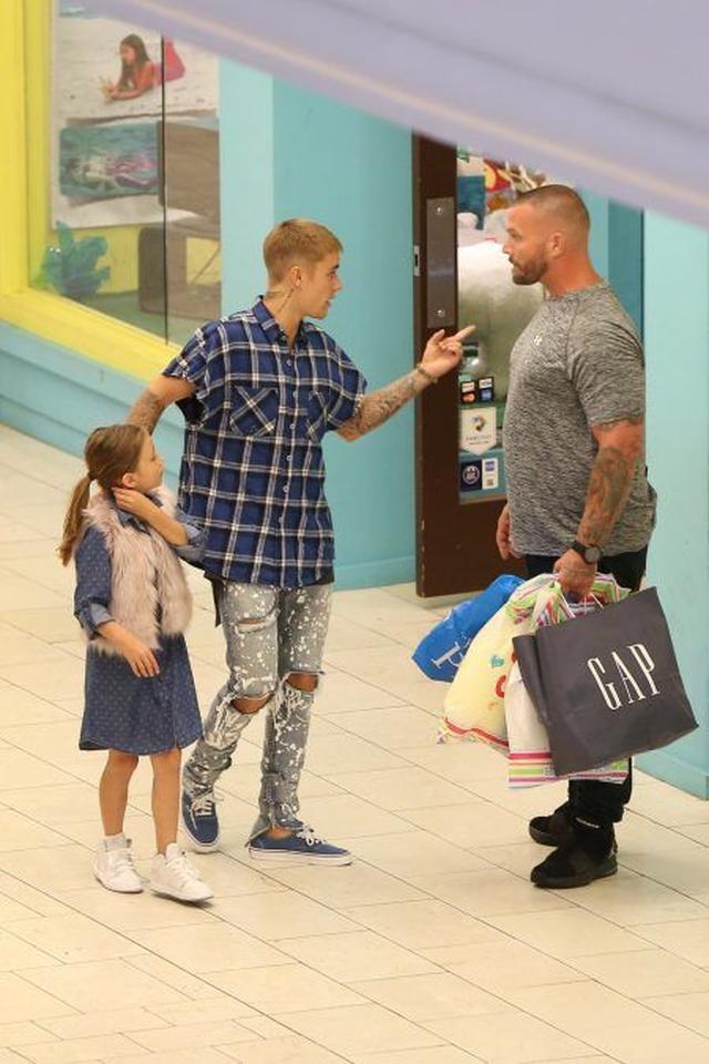 画像: その後、何軒もジャズミンちゃんの行きたいショップをまわり、ボディーガードの手には大量のショップバッグが。
