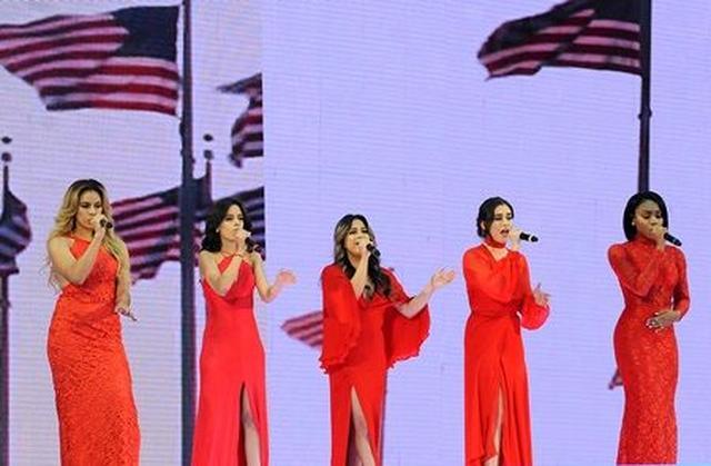 画像: アメリカ愛国歌「アメリカ・ザ・ビューティフル」をパフォーマンスするフィフス・ハーモニー。