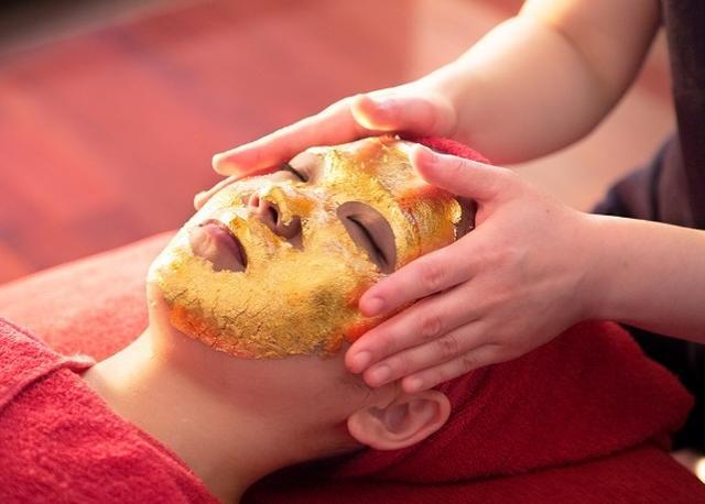 """画像1: セレブもハマる金箔マスクを、日本・金沢の伝統工芸""""加賀金箔""""で"""