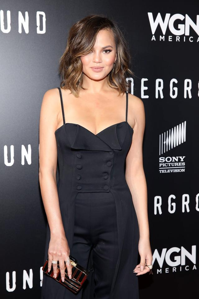 画像: 人気モデルのクリッシー・テイゲン、SNSで「胸ポロ」するも秀逸コメントで批判を回避