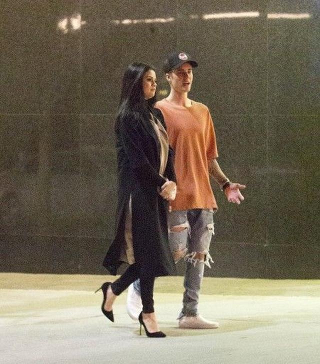 画像: 連れだって歩いていた2人。スローダンスをして、キスするようなそぶりも見せた。