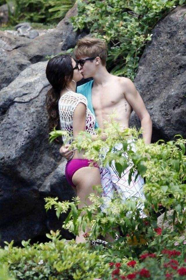 画像: ハワイでのバケーション中は、何度もキスやハグをしていた。
