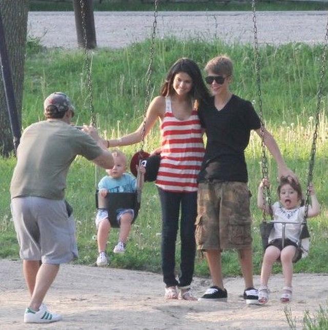 画像: ジャスティンの弟&妹と記念撮影。写真を撮っているのはジャスティンのお父さん。
