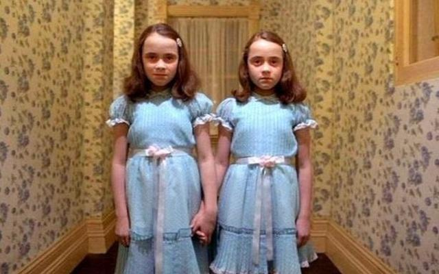 画像: 『シャイニング』双子の幽霊の女の子。
