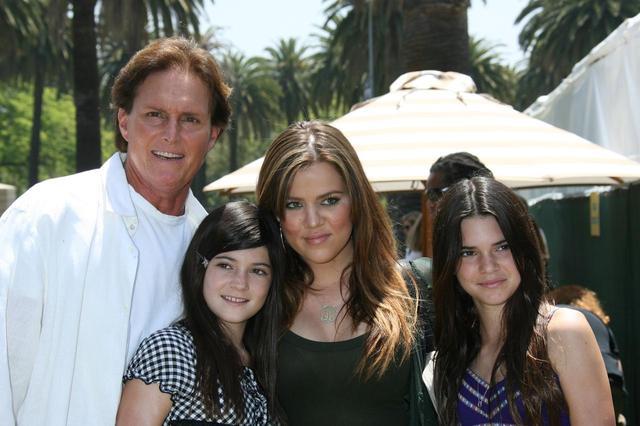 画像: 左から父ブルース、妹カイリー、姉クロエ。