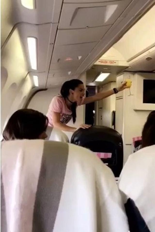 画像: 機内での乾杯の音頭はベテランモデルであるアドリアナが担当。 @Adriana Lima