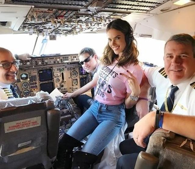 画像: アレッサンドラ・アンブロジオがコックピットで操縦士たちに挨拶。 @Alessandra Ambrosio
