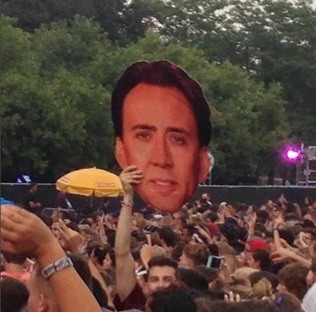 画像: 音楽フェスのロラパルーザで何者かが俳優ニコラス・ケイジのデカ顔を持って。 ©Build-A-Head