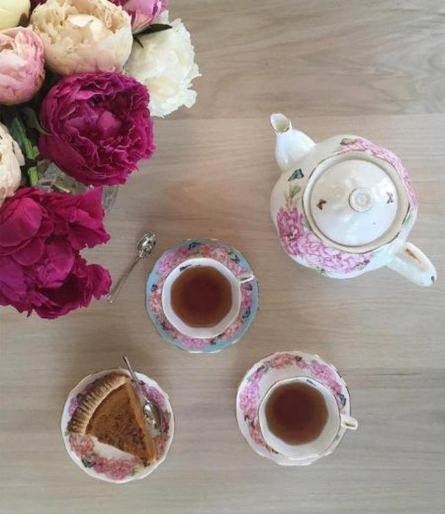 画像: 食後は自分がプロデュースしたRoyal Albertのティーセットでお茶をしながらパイを堪能してホッとひと息。