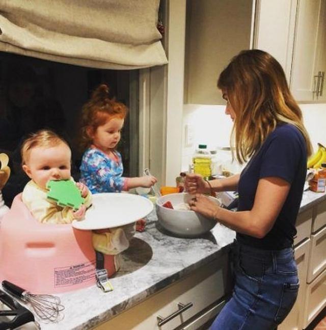 画像: ドラマ『プリティ・リトル・ライアーズ』のルーシーは、今年は同作の撮影が終了したこともあり、ゆっくり過ごせたよう。キュートな姪っ子たちと一緒にディナーの準備。
