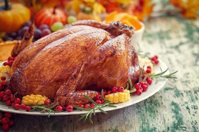 画像: 定番メニューは、何といってもターキー(七面鳥の丸焼き)! ごちそうをみんなで分け合って食べることで、感謝を共有するという意味も。