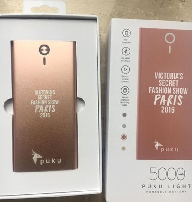 画像: 配布されてもののなかに、今年のヴィクシーショー仕様になった携帯の持ち運び充電器を発見。 @gotpuku