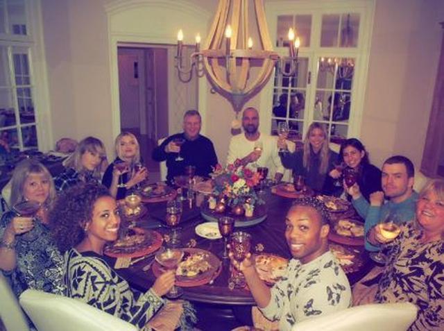 画像: 夜は家族と合流して別荘のダイニングルームでディナー。