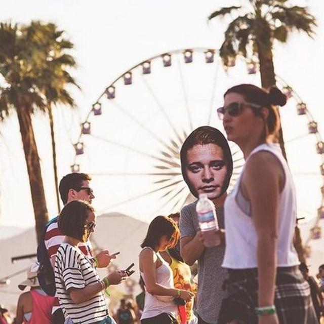 画像: 人気DJのカイゴは音楽フェスで自身のデカ顔で変装。 ©Kygo
