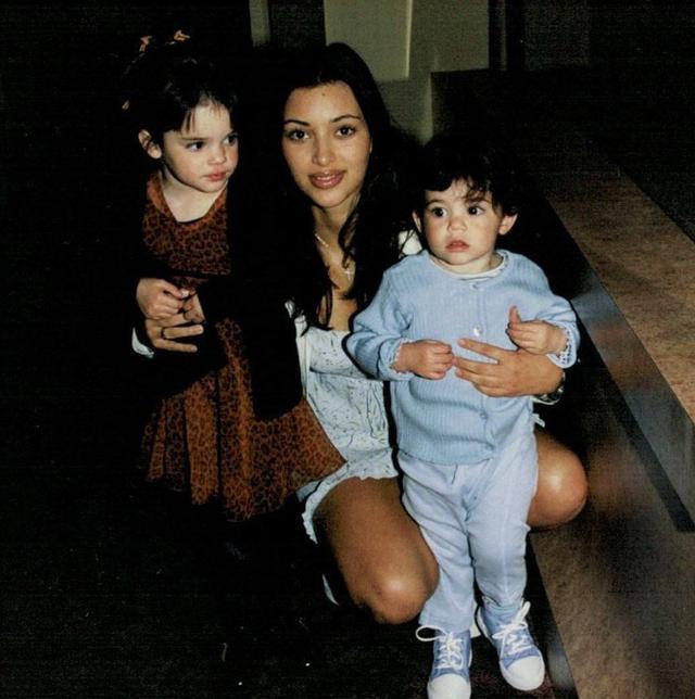 画像: 姉のキムと妹のカイリーと。