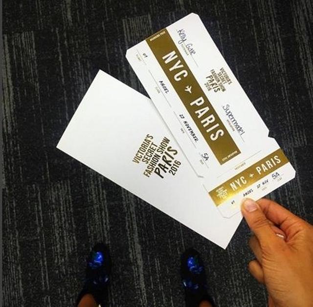 画像: ヴィクシーのために特別に用意された白×ゴールドの搭乗券を持ち機内へ。 @Kelly Gale