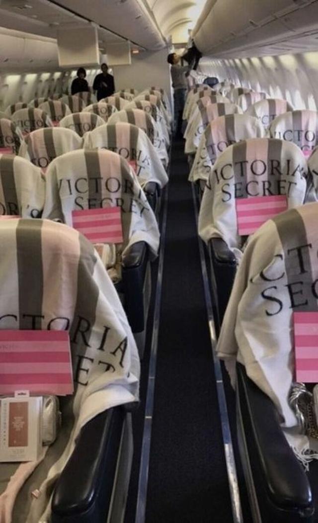 画像: 機内もヴィクシー仕様で、今回のショーのために作られたオリジナルグッズが配布された。 @Victoria's Secret