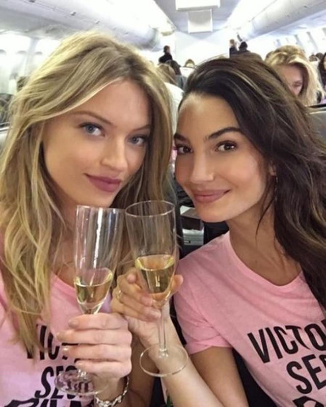 画像: 普段から仲の良いマーサ・ハントとリリーがシャンパン片手に乾杯。 @Martha Hunt