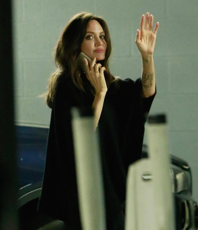 画像1: 出待ちのファンに手を振るアンジー