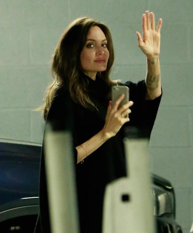 画像3: 出待ちのファンに手を振るアンジー