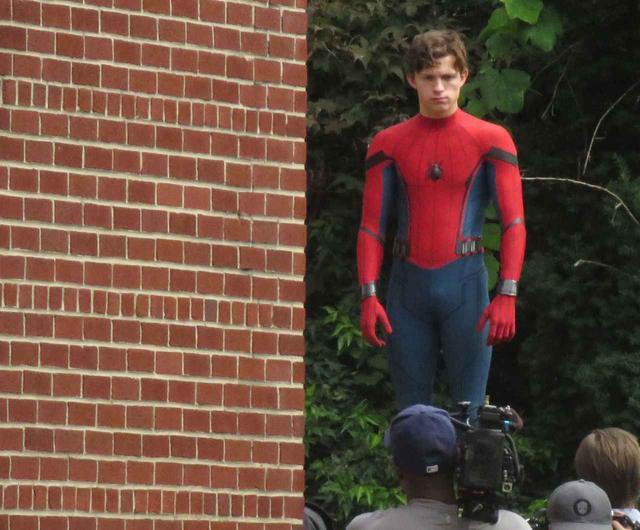 画像: スパイダーマンだという事を信じてもらえず