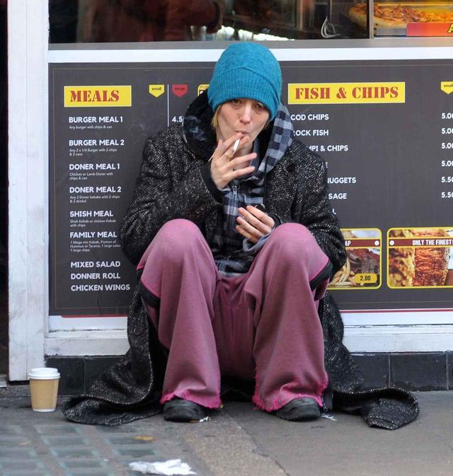 画像: 道路に座り込んでタバコを吸う姿は、よく見ないとブレイクと分からないほど。