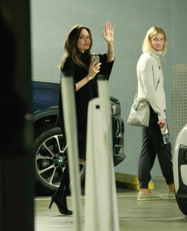 画像2: 出待ちのファンに手を振るアンジー