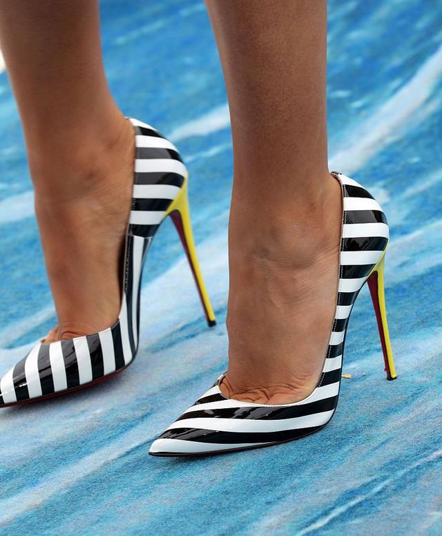 画像: 足元はChristian Louboutinのストライプシューズで。イエローのヒールもドレスのディテールとマッチ。