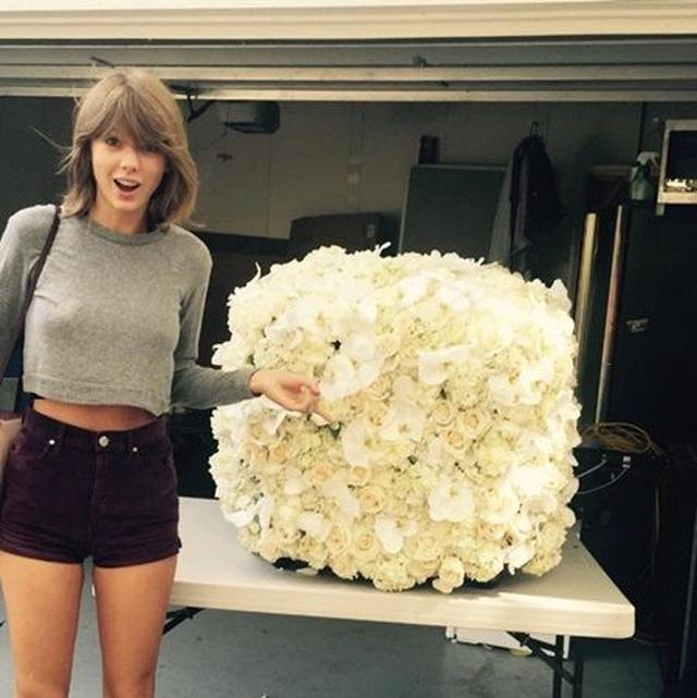 画像: 「カニエが最高にかっこいい花を贈ってくれたわ。#一生の親友」というコメントが添えられた。 ©Taylor Swift