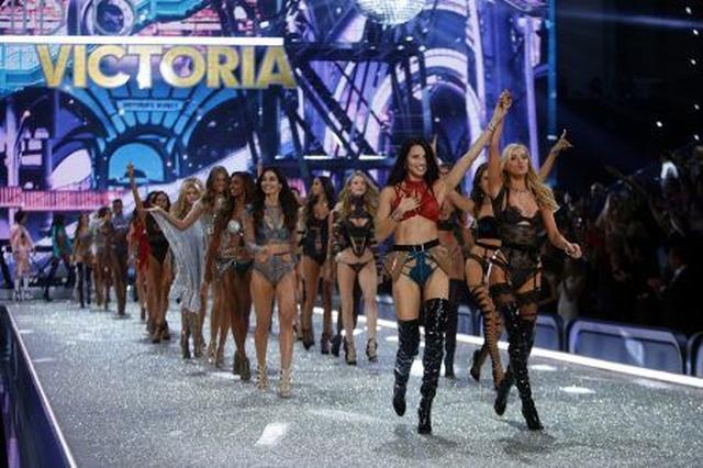 画像: 出演モデルたちが全員ステージへ。すっかり緊張も解けてみんな笑顔!