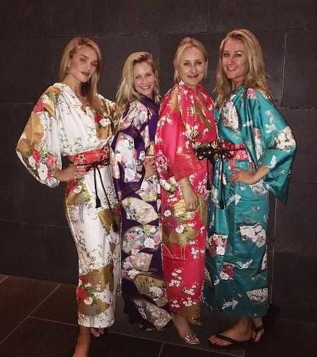 画像: 東京最後の夜は、今回Uggのイベントのために一緒に世界を周っているスタッフたちと、着物を着て写真撮影。