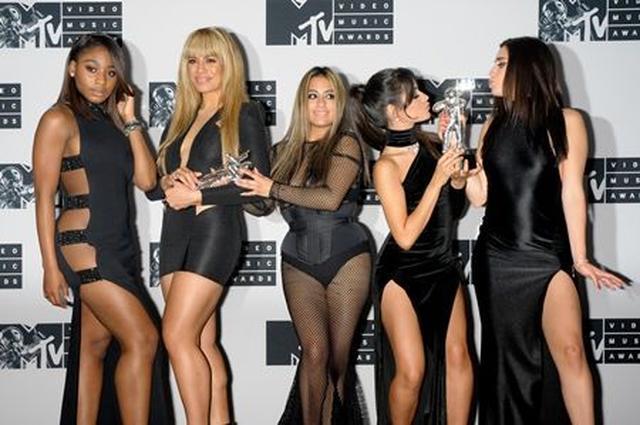画像: 2016年の音楽祭MTV VMAでは2冠に輝いた。左からノーマニ、ダイナ、アリー、カミラ、ローレン。