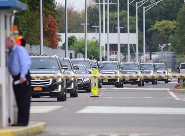 画像: NYの空港に到着後、10台ほどの車列に護衛されて移動。