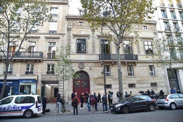 画像: 事件現場となった建物の玄関前。事件後、警察関係者や報道陣が押し寄せていた。