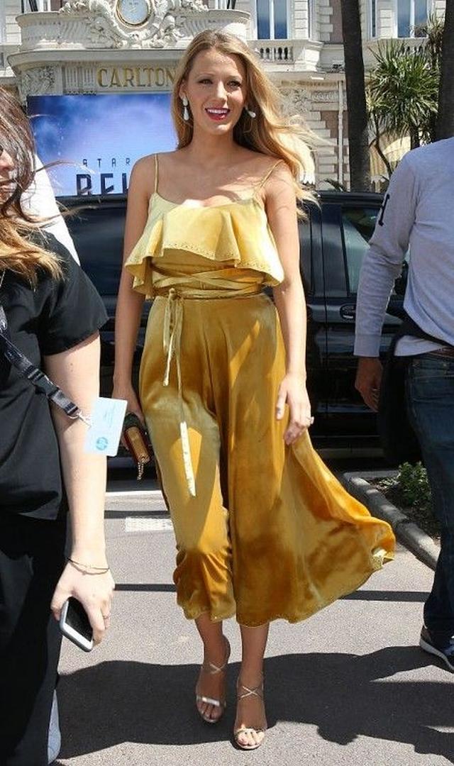 画像: 2日目に開催されたランチョン・パーティーに選んだのはValentinoのイエローのドレス。サテン素材や胸元のフリルが今っぽい1枚。シルバーの細ストラップシューズで軽やかに。