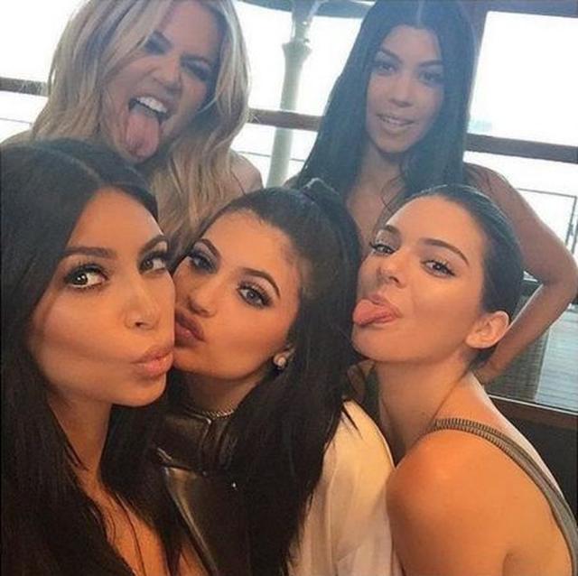 画像: 左から:次女キム、三女クロエ、末っ子カイリー、長女コートニー、四女ケンダル。