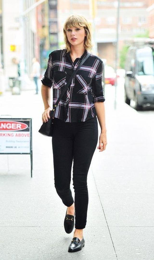 画像: ここのところスカートやワンピースの女性らしいスタイルが多かったけれど、この日は珍しくパンツスタイルでボーイッシュに。黒地に白と赤のチェック柄が大人っぽいシャツを黒スキニーでシンプルにまとめて。
