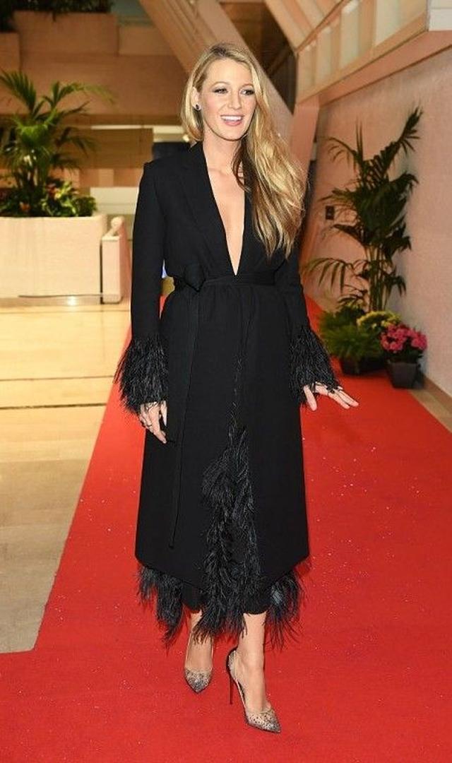 画像: 映画祭初日の夜に開催されたディナーパーティーには、Salvatore Ferragamoのコートに黒いフェザーがふんだんにあしらわれたスカートを合わせてドレス風に着て。シューズはブレイクの溺愛ブランドChristian Louboutin。