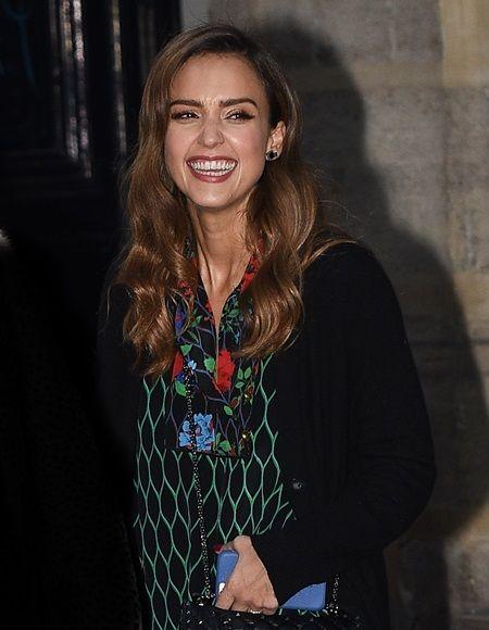 画像: パリ散策に出たジェシカ。カメラマンが声をかけるとこの笑顔。