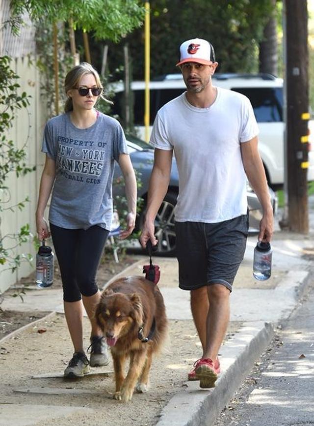 画像: アマンダの愛犬フィン君を連れて一緒に散歩。