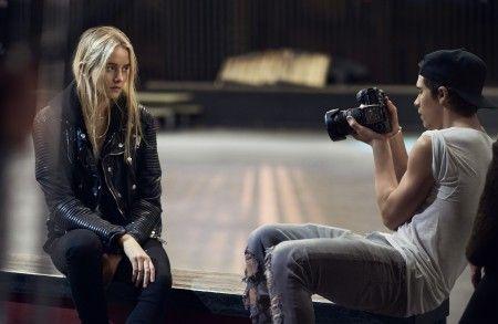 画像: 真剣な表情でモデルのマディ・ディメインをシューティングするブルックリン。左下の写真がマディ。