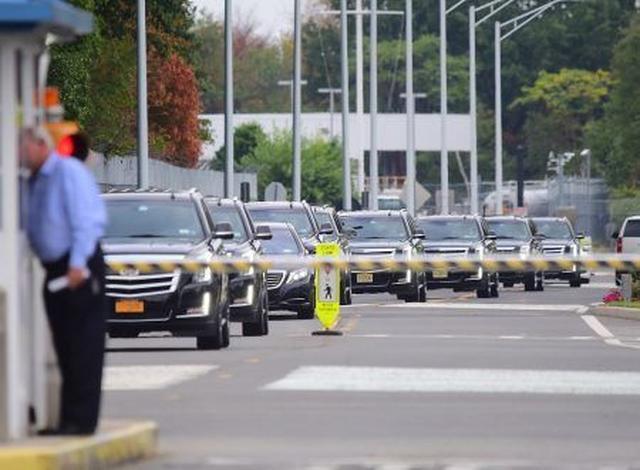 画像: 空港前にずらりと並んだ警護車の数々。