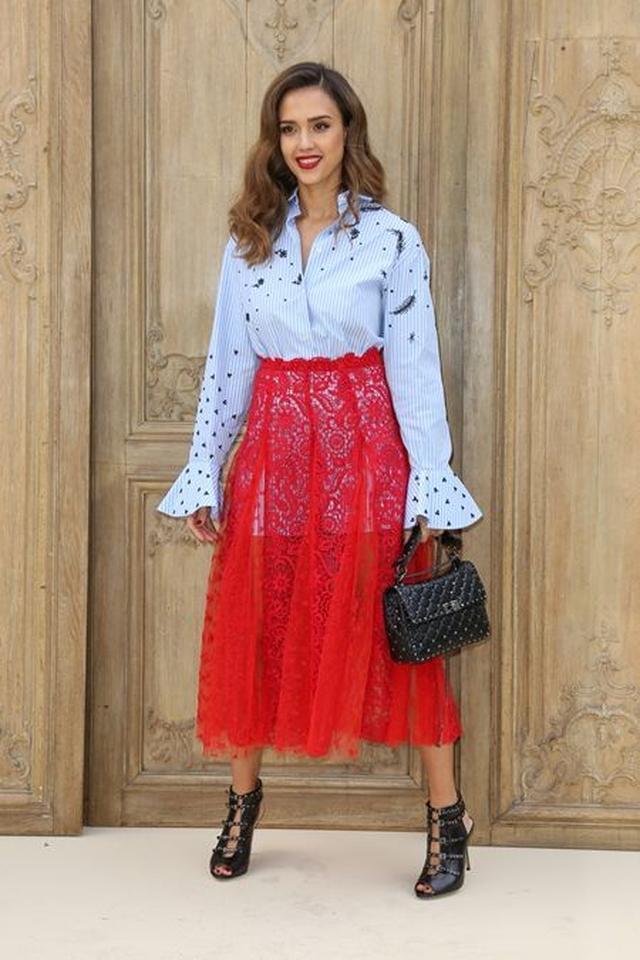 画像: ファッションショーには、バレンチノの赤いシアーのスカートを着て登場。