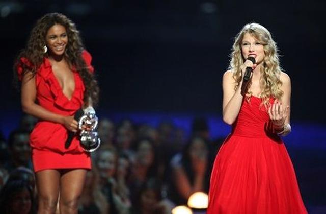 画像: テイラーはその後、年間最優秀ビデオ賞を受賞したビヨンセのスピーチ時にステージを共にして受賞スピーチを行った。