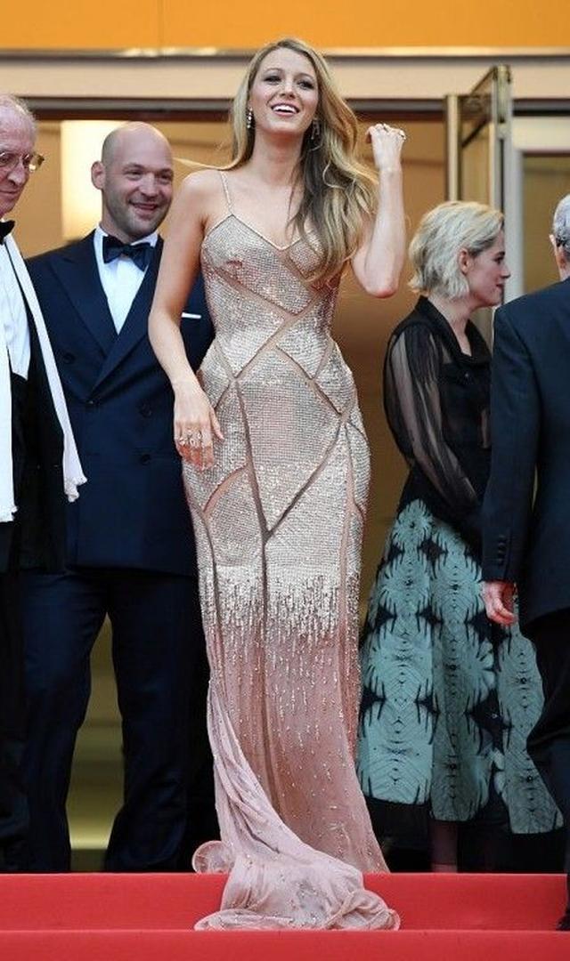 画像: 同映画祭のオープニング作品として上映された『カフェ・ソサエティ』。プレミアには、ひとつひとつ手作業で縫い付けられたビジューやシースルーのカットアウトが美しいVersaceのドレスで。妊娠中でも身体のラインを隠さないのがブレイクのポリシー。