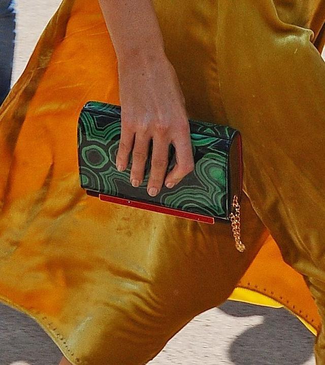 画像: 宝石のメノウのようなプリントのChristian Louboutinのクラッチバッグをアクセントに。