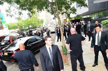 画像: 15人前後のボディガードが立ち、マンション前は騒然としていた。